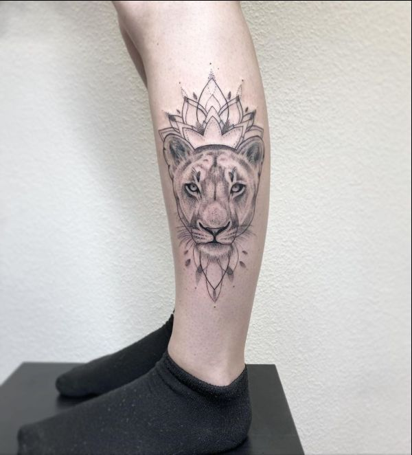 Tatuagem feminina de leão 2021 na panturrilha
