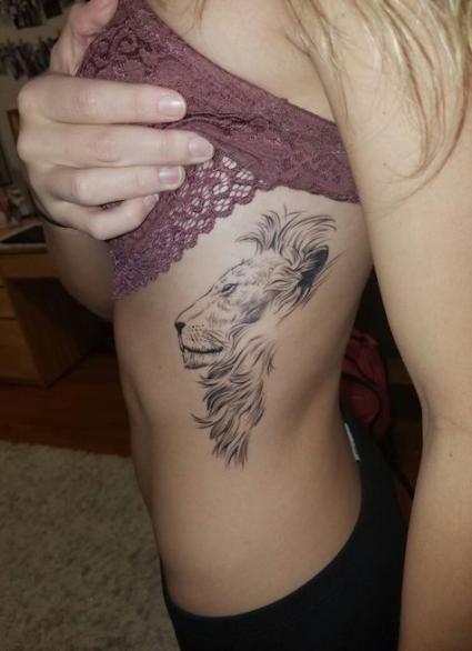 Tatuagem feminina de leão 2021 nas costelas