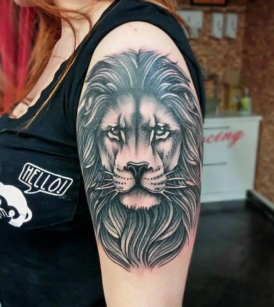 Tatuagem feminina de leão 2021 no braço