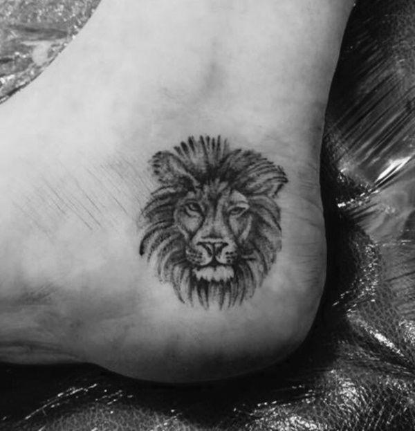 Tatuagem feminina de leão 2021 no tornozelo ou pé