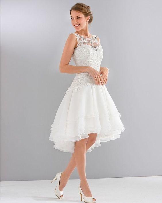 Vestido curto rendado romântico