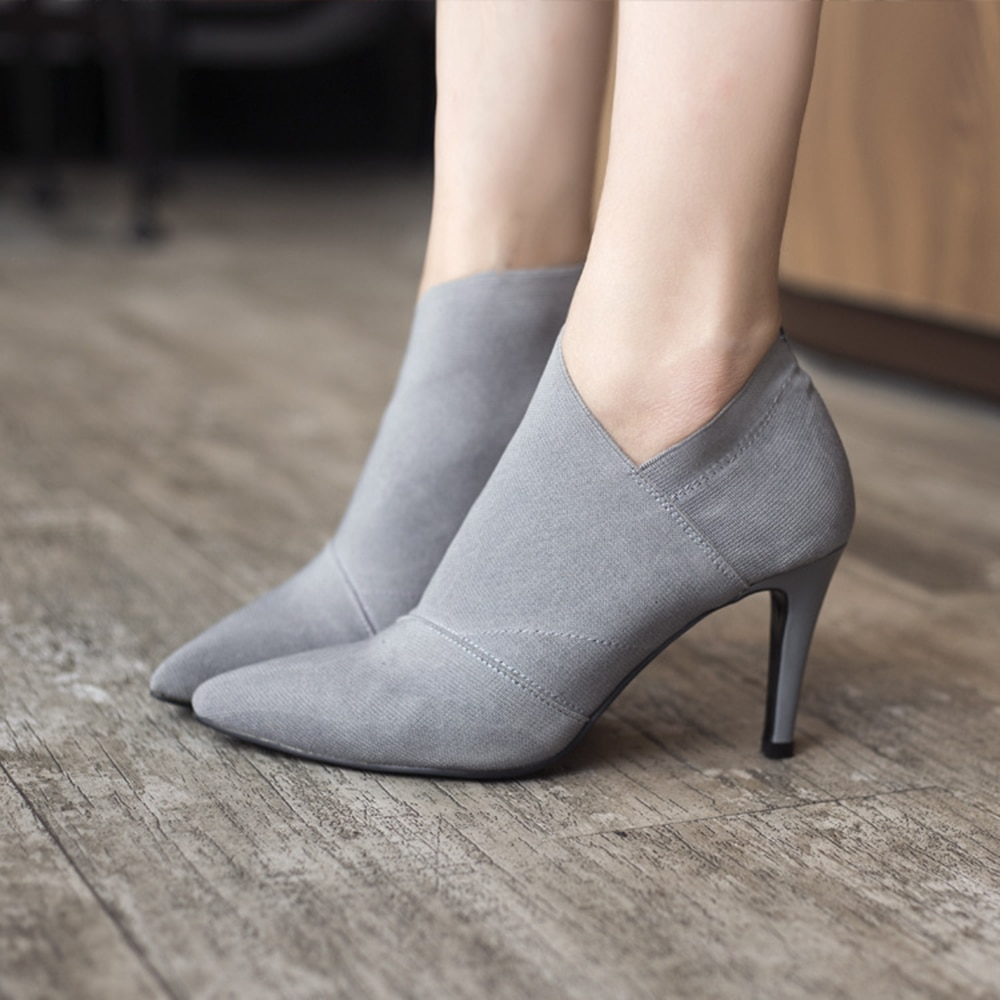 sapato cinza de salto
