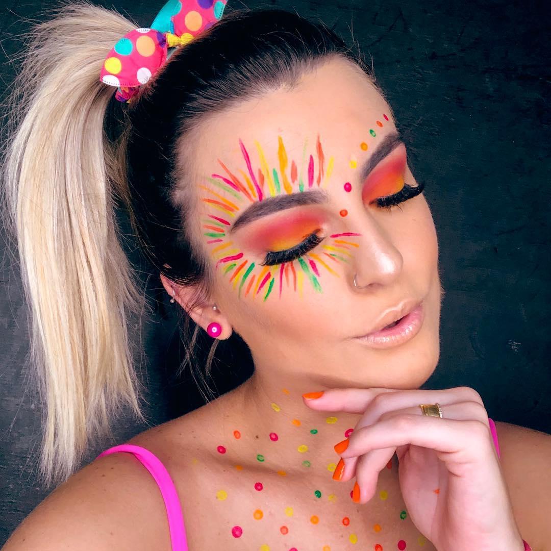 maquiagem carnaval com cores vibrantes