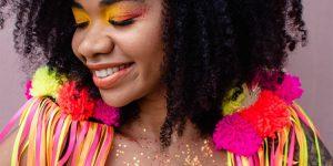 maquiagem com cores vibrantes