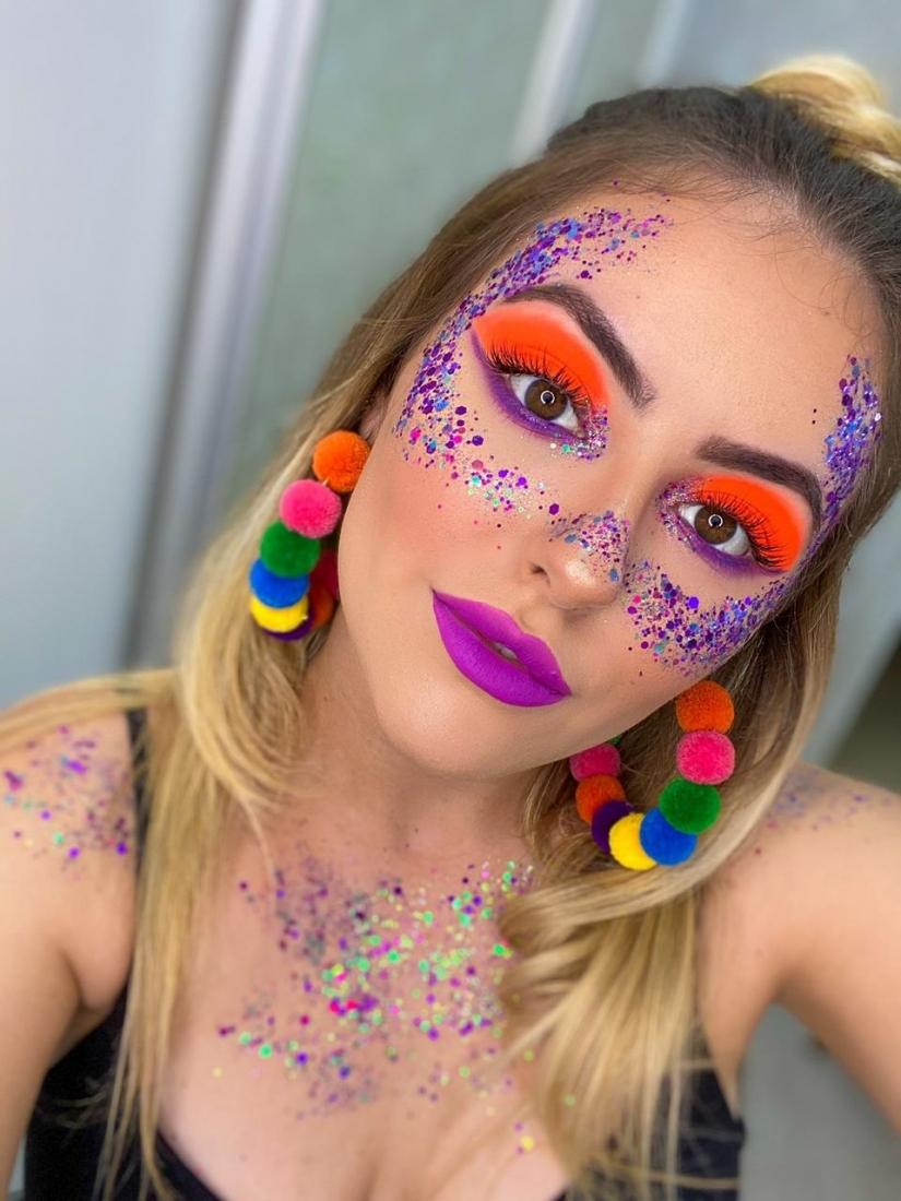 maquiagem com cores vibrantes e glitter