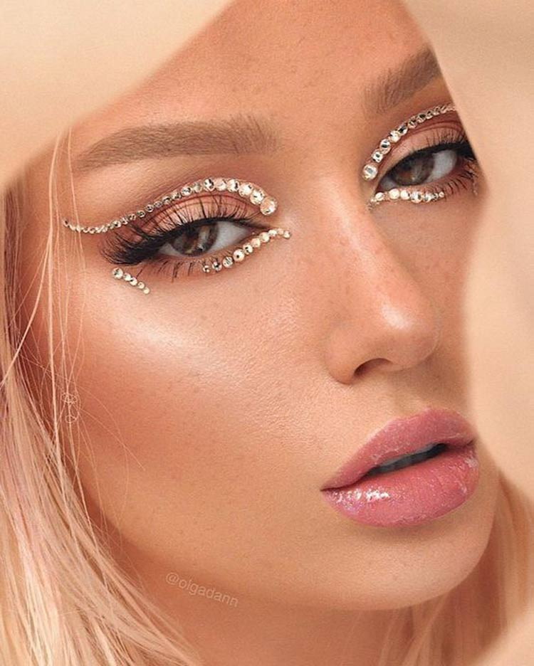 maquiagem com pedrinhas na área dos olhos