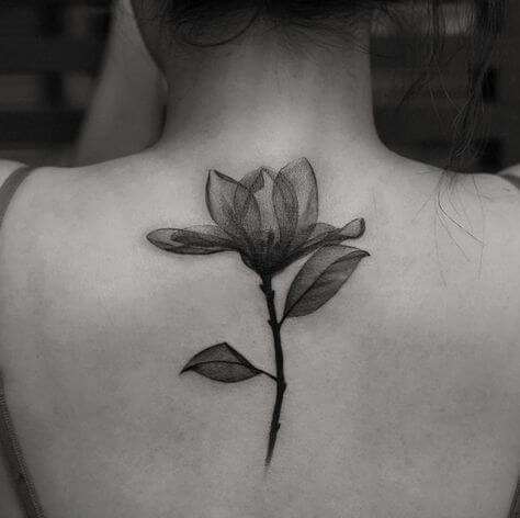 tatuagem de flor única nas costas