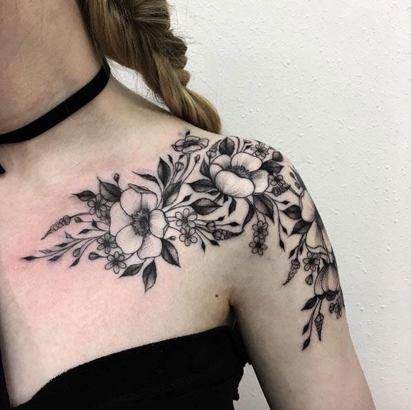 tatuagem de flores no ombro