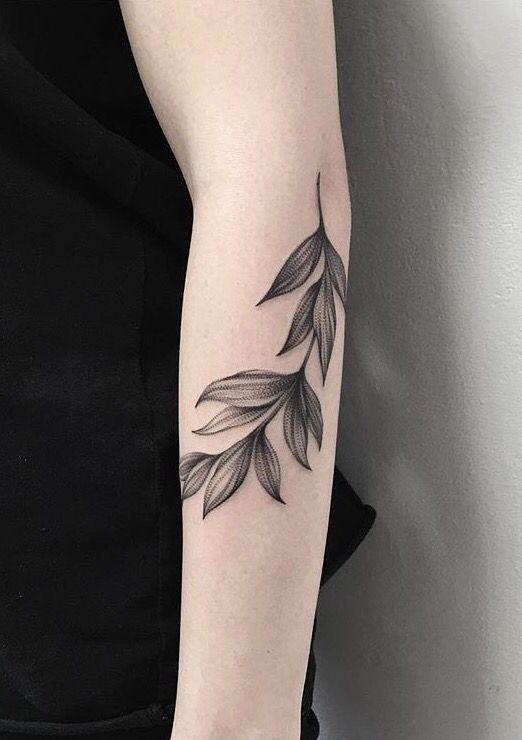 tatuagem de folhas no braço