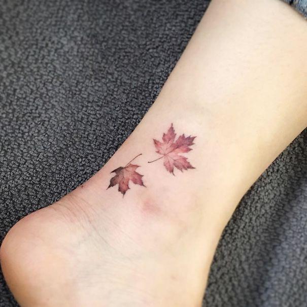 tatuagem de folhas no tornozelo