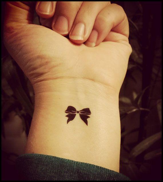tatuagem de lacinho em pulso feminino