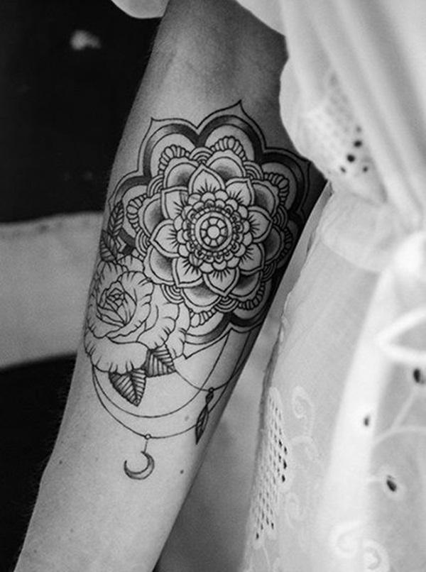 tatuagem de mandala no braço em mulher