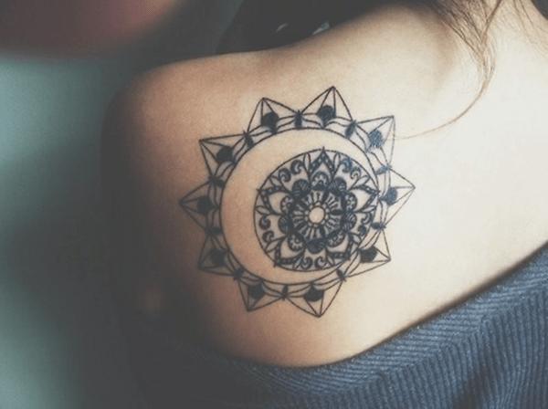 tatuagem feminina de mandala em ombro