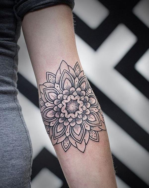 tatuagem feminina de mandala no braço