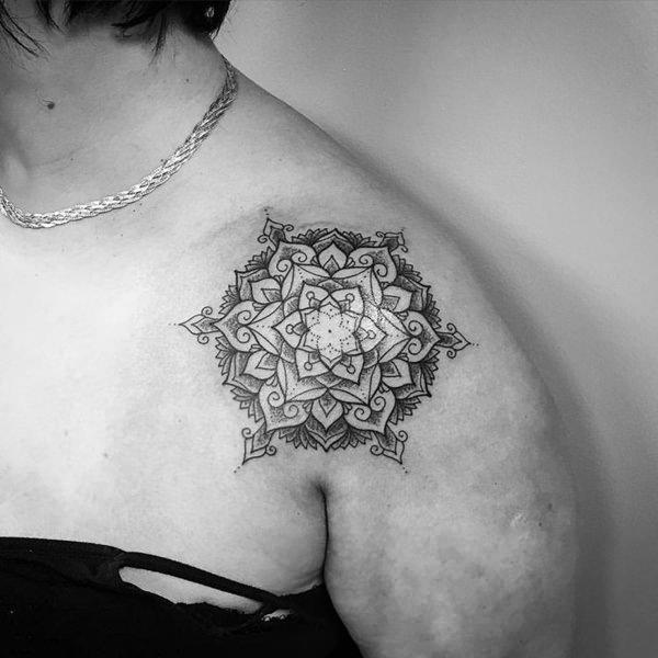 tatuagem feminina de mandala no ombro