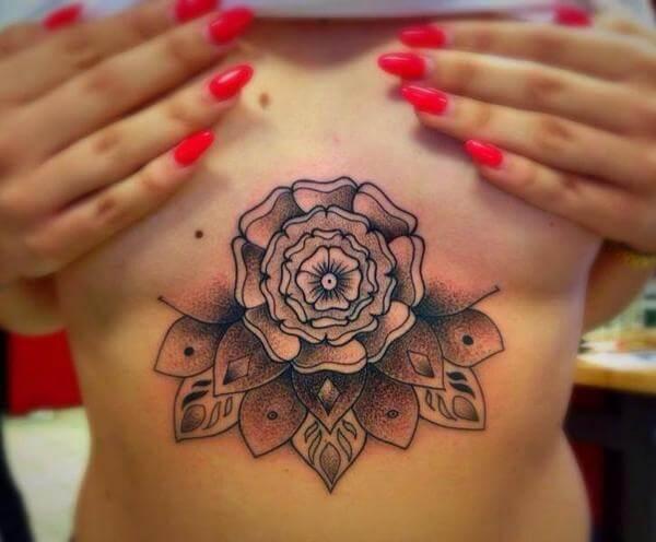 Tatuagem feminina de flor de lótus na barriga