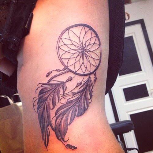 Tatuagem na barriga de filtro de sonhos femininos