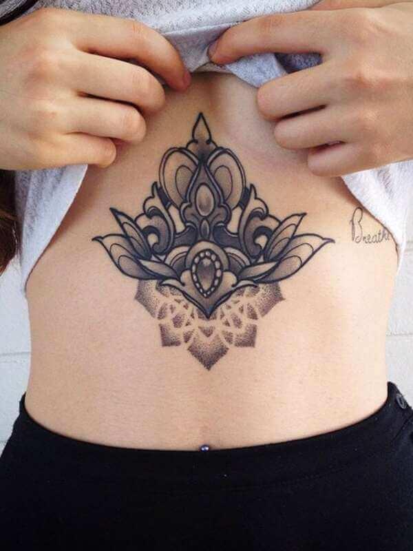Desenho de tatuagem na barriga
