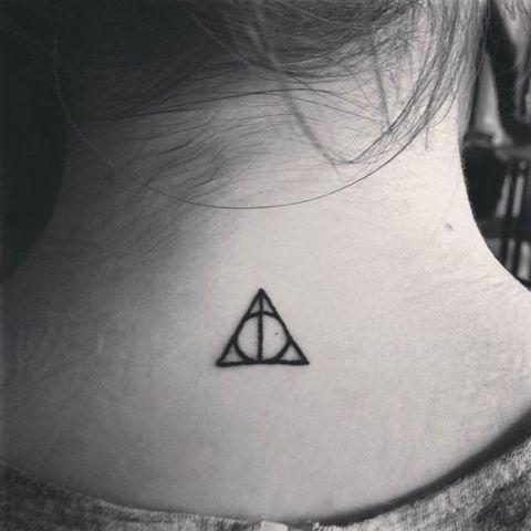 tatuagem relíquias da morte na nuca