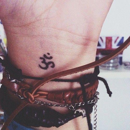 tatuagem símbolo Om no pulso