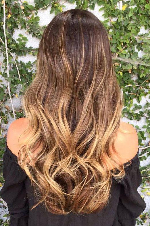 luzes caramelo em cabelo longo