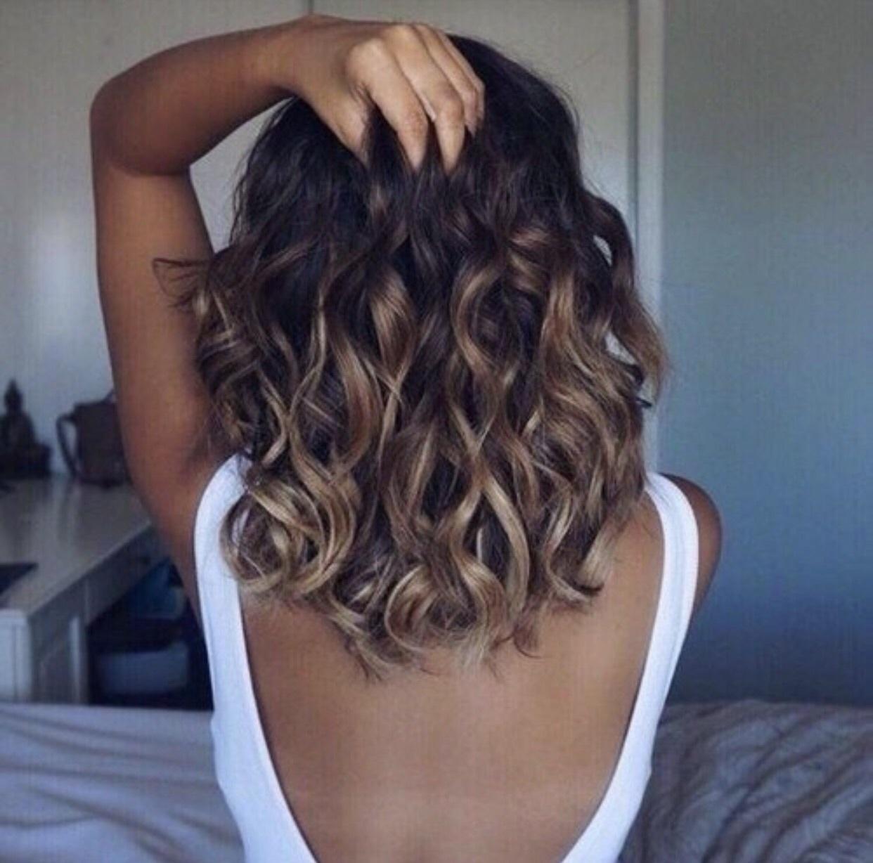 luzes caramelo em cabelo médio