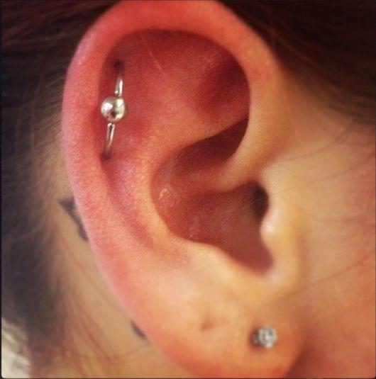 piercing na orelha orbital