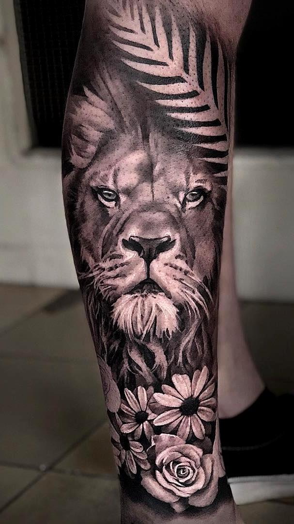 tatuagem de leão em perna