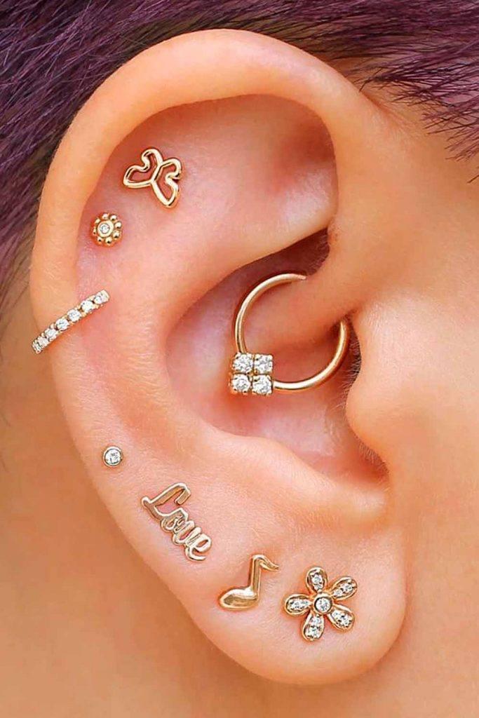 vários piercings na orelha