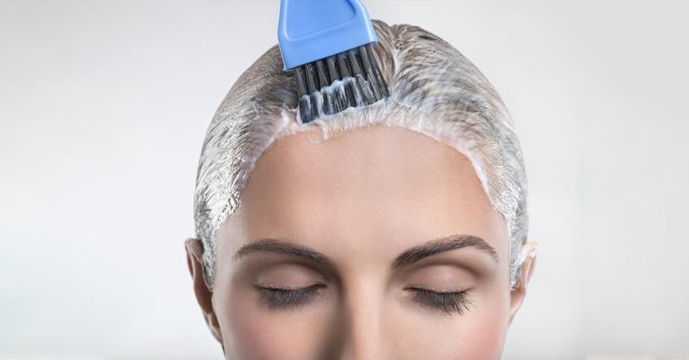 mulher com cabelo sendo pintado